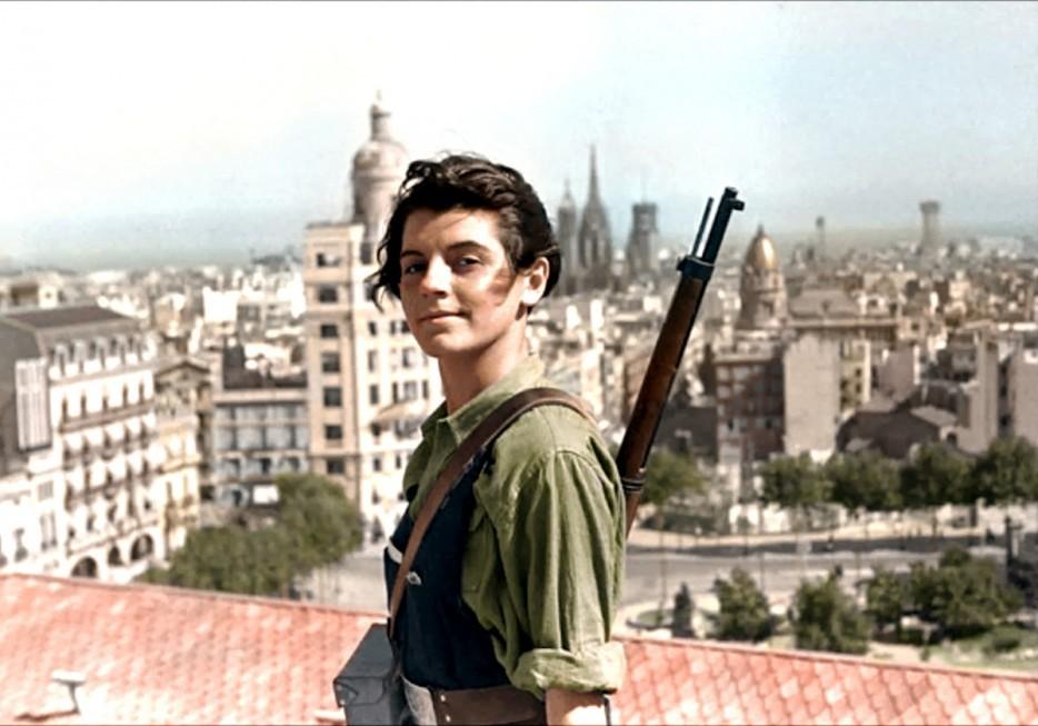 Марина Хинеста, 17-летняя коммунистка, на фоне Барселоны во время испанской гражданской войны. 1936 год