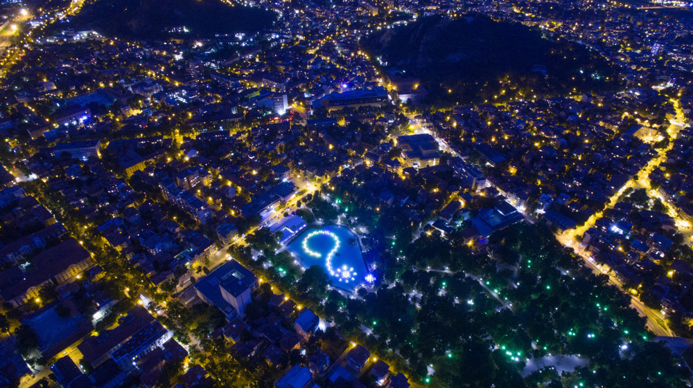 Фото ночного Пловдива, старейшего города в Европе. Светящийся знак вопроса - это поющие фонтаны в городском парке «Цар Симеонова Градина». Болгария