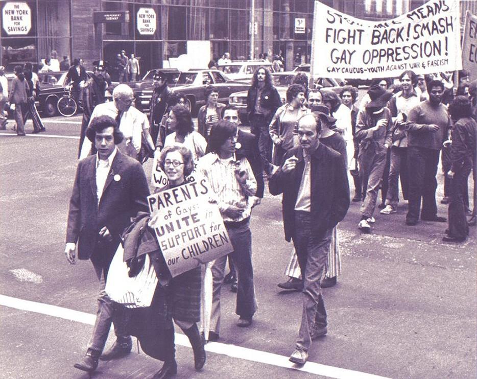 Джианн Мэнфорд идет рядом со своим сыном-геем во время гей-парада. 1972 год. Позже Джианн создала группу «Родители, семьи и друзья лесбиянок и геев»