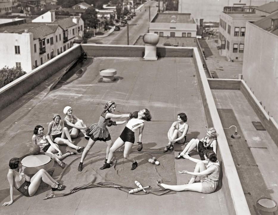 Женщины занимаются боксом на крыше в Лос-Анджелесе. 1933 год