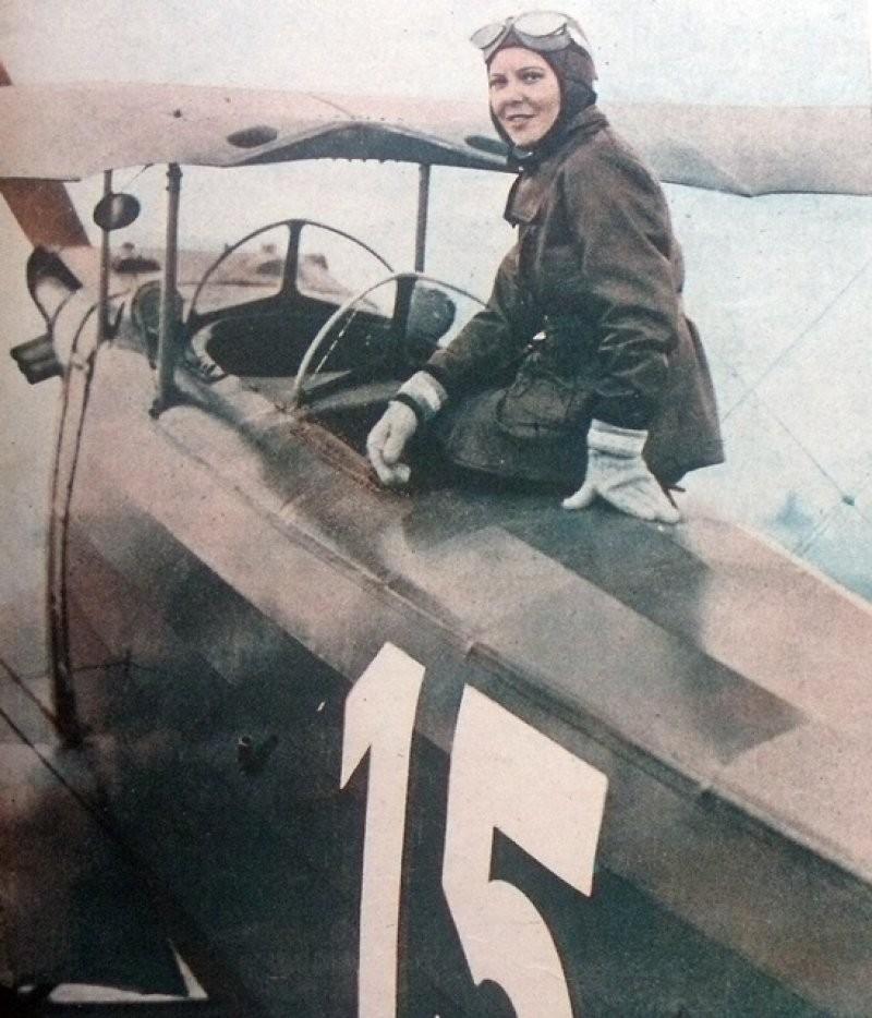 Сабиха Гёкчен из Турции на своем самолете в 1937 году. Она стала первой женщиной-пилотом истребителя
