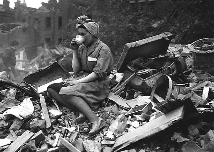 Женщина пьет чай на руинах своего дома после бомбардировки Лондона. 1940 год. Так отважные британки воплощали в жизнь легендарный лозунг Второй мировой Keep calm and carry on (Сохраняйте спокойствие и продолжайте в том же духе)