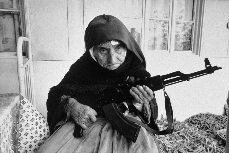 106-летняя армянка охраняет свой дом с автоматом AK-47. 1990 год