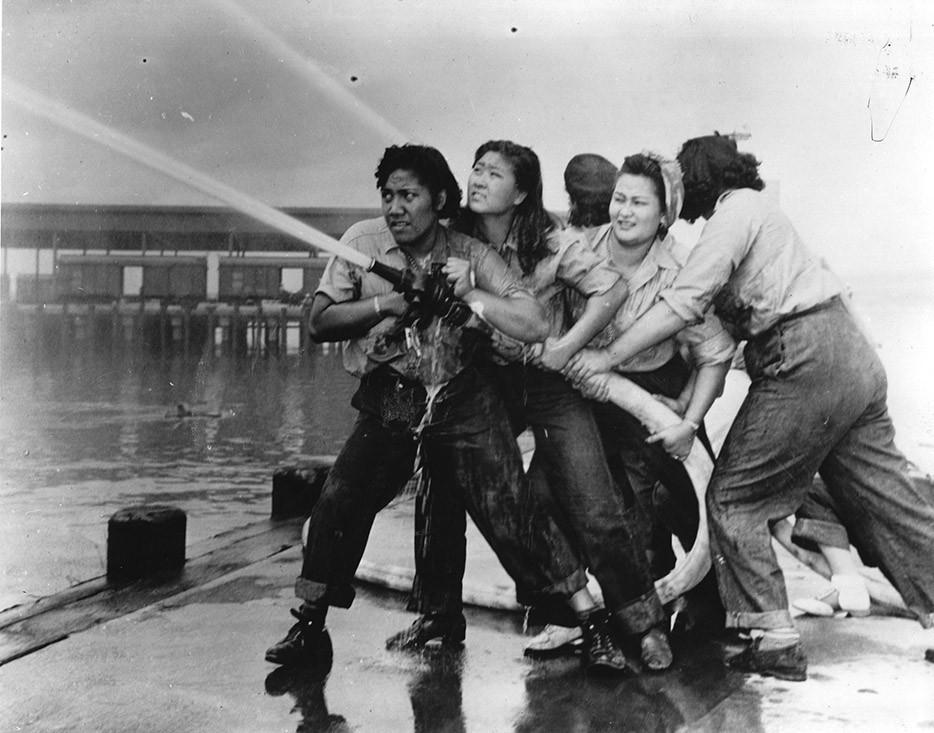 Женщины-добровольцы учатся тушить пожары в Перл-Харбор. 1941-1945