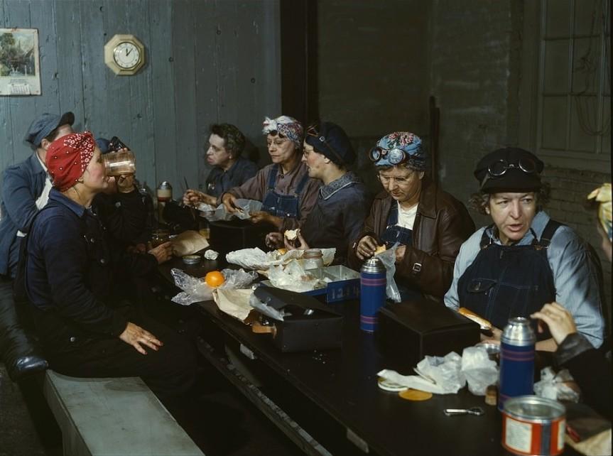 Работницы железной дороги за обедом. Многие из них — жены и даже матери мужчин, ушедших на войну. 1943 год