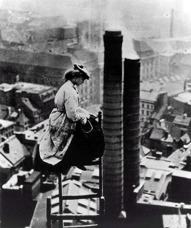 Женщина-каменщик над Берлином. 1900 год