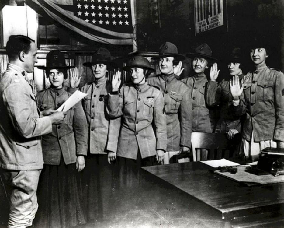 Одни из первых женщин, присягнувших в корпус морской пехоты США. Август 1918 года