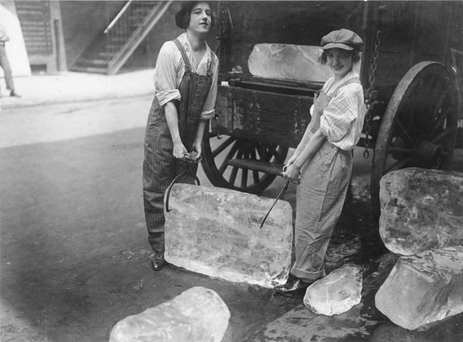 Девушки поднимают тяжелые блоки льда после того, как мужчин призвали на войну. 1918 год