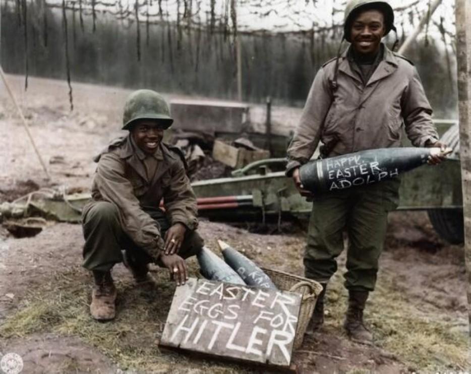 Солдаты Второй Мировой Войны празднуют Пасху