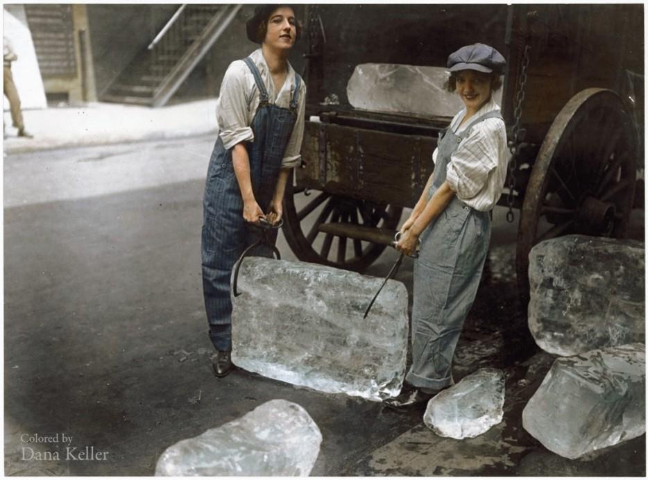 Девушки доставляют лед. 1918 год