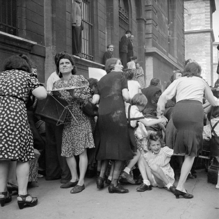 Матери закрывают своих детей от немецких снайперов. Париж, 1944 год