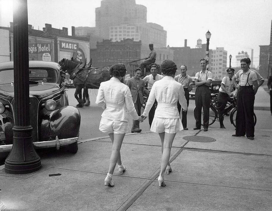Две девушки впервые предстали на публике с обнаженными ногами. Торонто. 1937 год