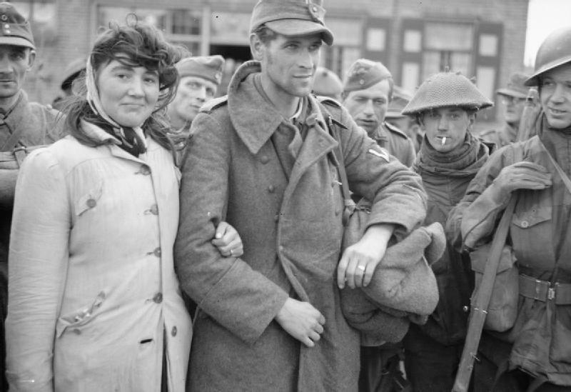 Голландка отказалась покидать своего мужа, немецкого солдата, после того, как его взяли в плен. Она последовала за ним. 1944 год