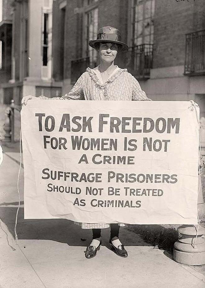 Суфражистка протестует после «Ночи террора». 1917 год. 33 суфражисток арестовали за «перекрытие дорог», после чего их жестоко избили тюремщики