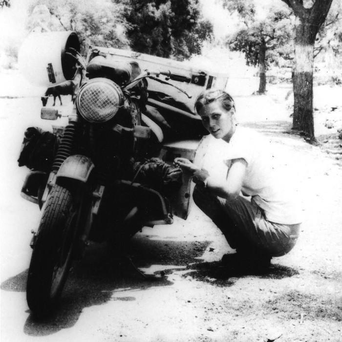 Элспет Берд во время своей попытки стать первой англичанкой, объехавшей мир на мотоцикле. 1980-е годы. На путешествие ушло 3 года, во время которых она преодолела более 77 000 км