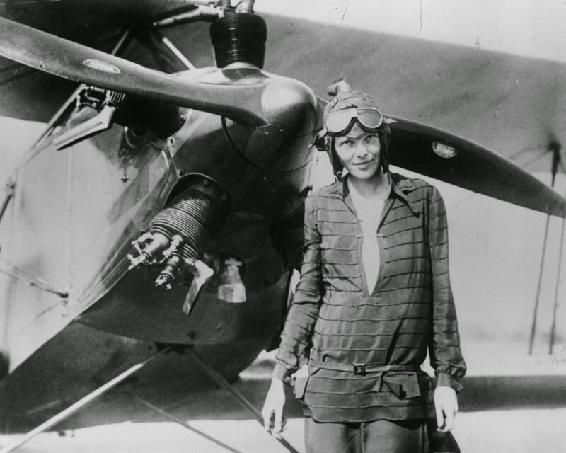 Авиатор Амелия Эрхарт стала первой женщиной, перелетевшей на самолете через Атлантический океан. 1928 год
