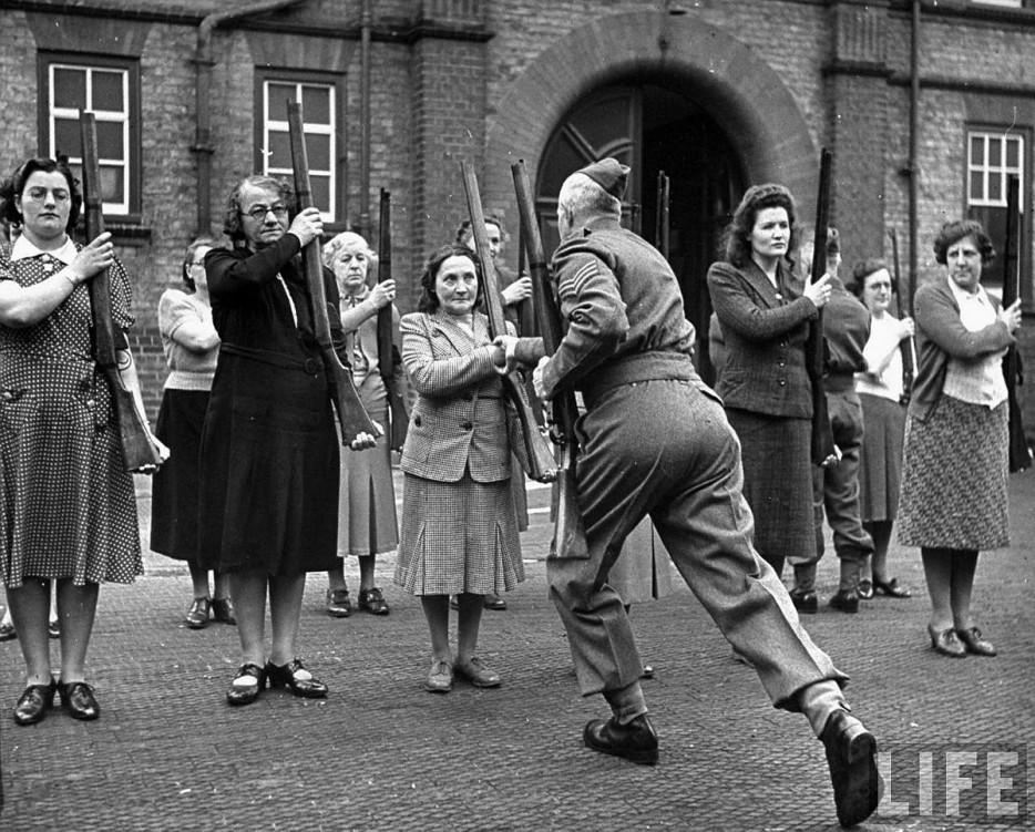 Британский сержант тренирует женщин из «армии мамаш» во время Битвы за Британию. 1940 год