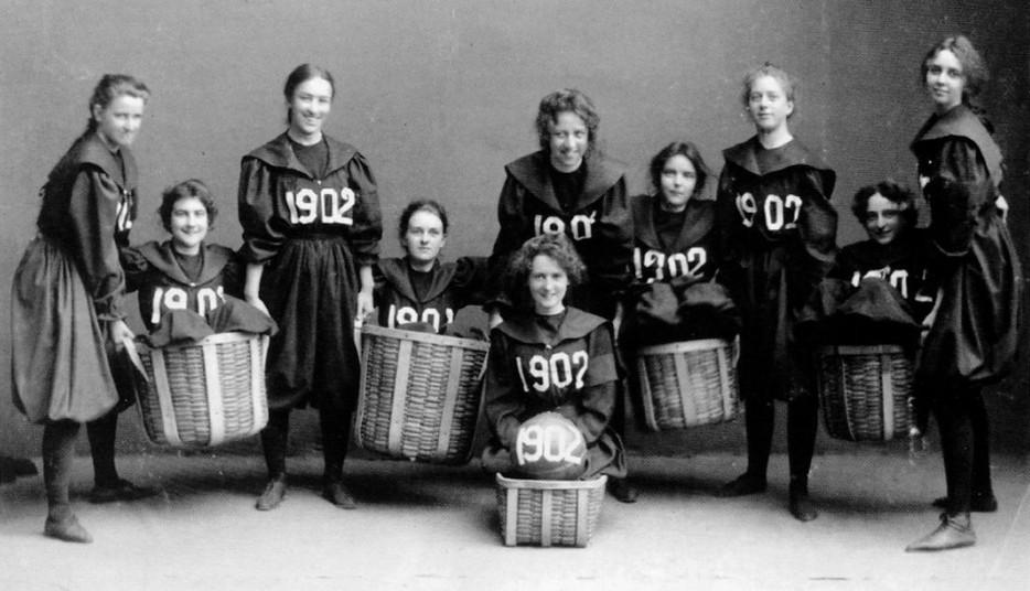 """Первая женская баскетбольная команда из колледжа """"Смит"""". 1902 год"""