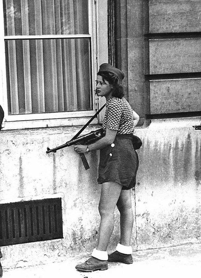 18-летняя участница Французского сопротивления Симона Сегван во время освобождения Парижа. 19 августа 1944 года
