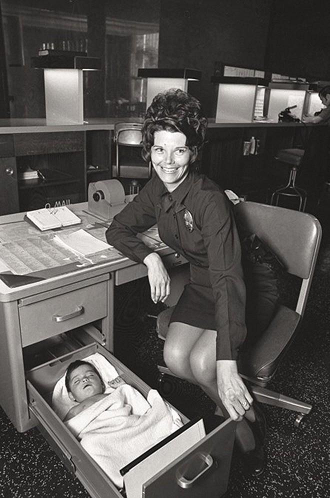 Офицер полиции Лос-Анджелеса присматривает за брошенным ребенком. 1971 год