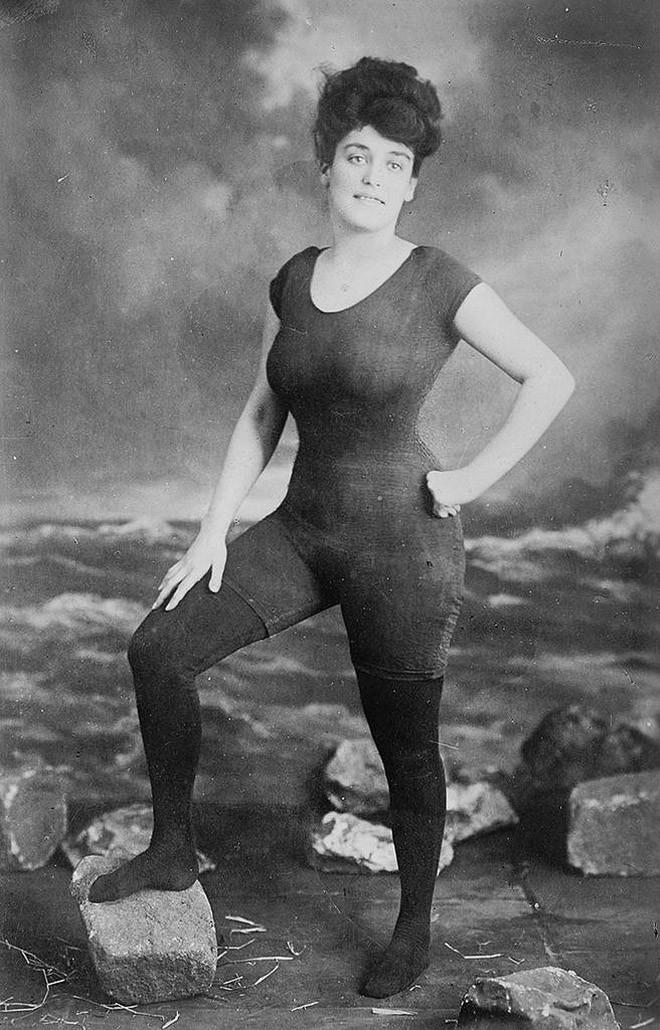 Аннет Келлерман позирует в купальнике, за который ее арестовали по обвинению в непристойности. 1907 год