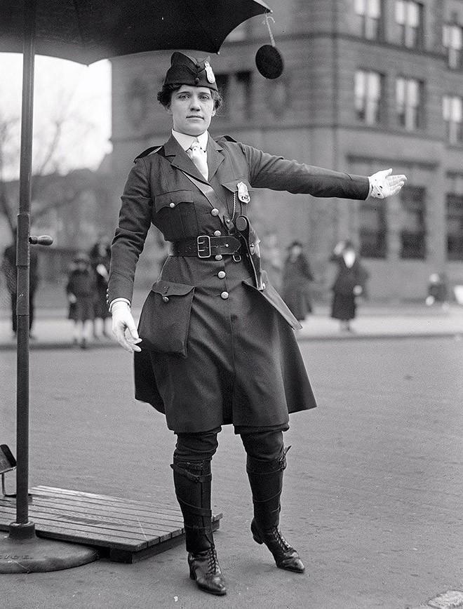 Леола Н. Кинг — первая женщина-постовой США — в Вашингтоне, округ Колумбия. 1918 год