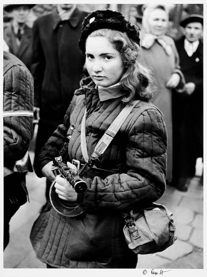 Эрика — 15-летняя девушка-боец, участница Венгерского восстания. Октябрь 1956 года