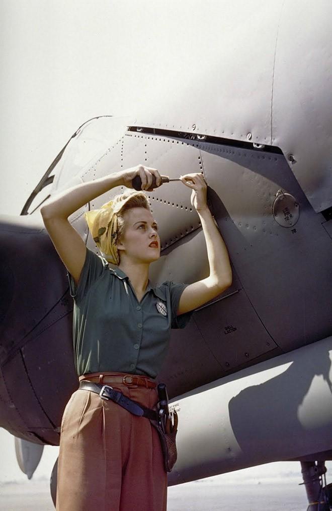 Сотрудница компании Lockheed работает над самолетом Локхид P-38 «Лайтнинг». Бербанк, Калифорния, 1944 год