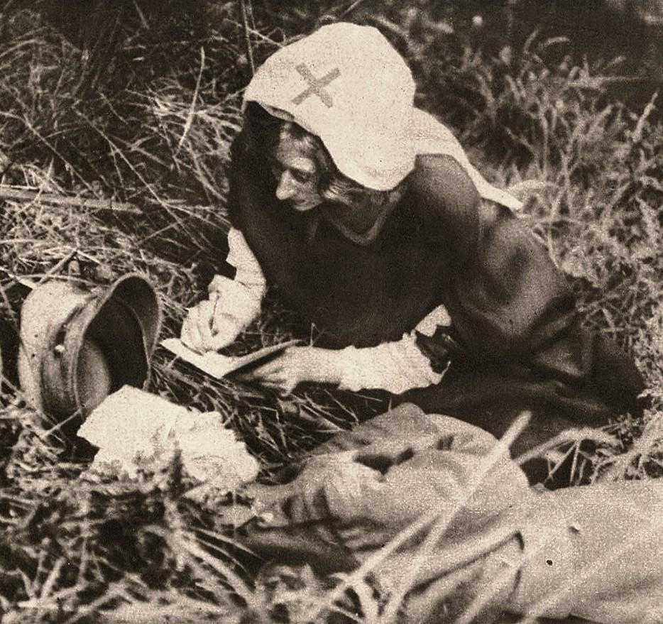 Медсестра Красного Креста записывает последние слова британского солдата. 1917 год