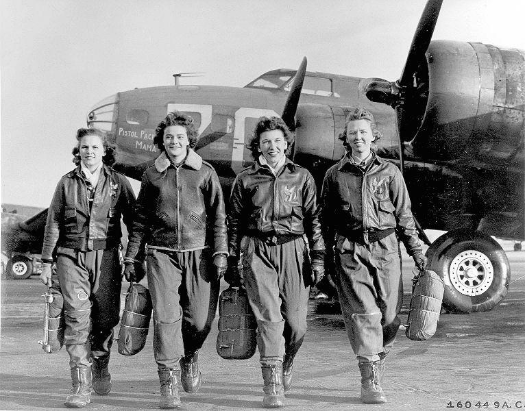 Женщины-пилоты только что вышли из самолетов В-17. 1941-1945