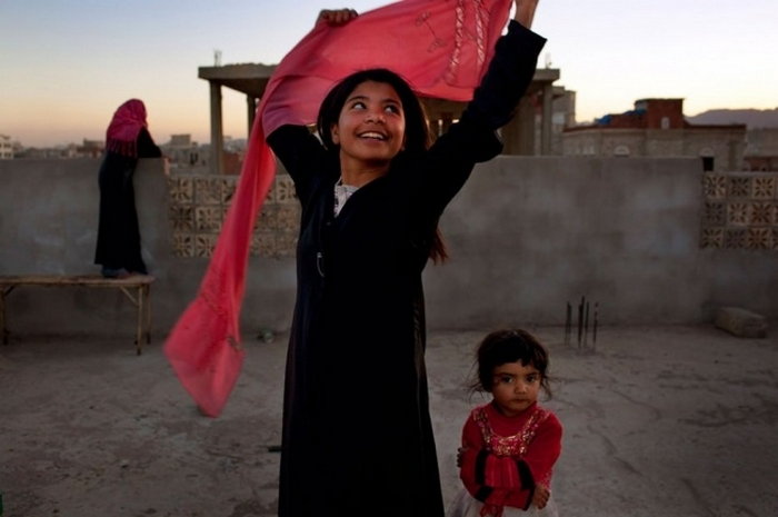 Десятилетняя девочка из Йемена улыбается после того, как получила развод от своего взрослого мужа