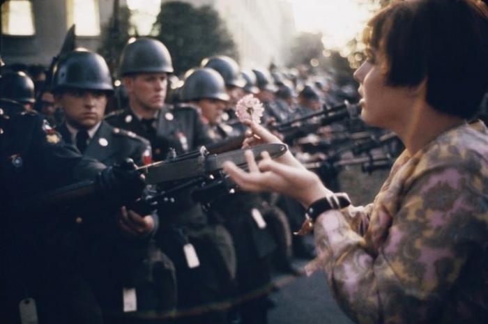Семнадцатилетняя Джен Роуз Казмир дарит цветок солдату во время антивоенного протеста в Пентагоне, 1967 год