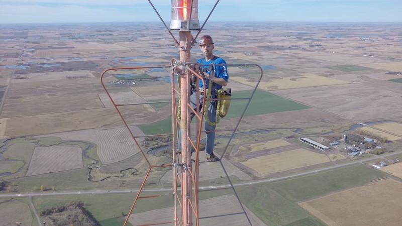 Каково это, менять лампочку на высоте 450 метров?