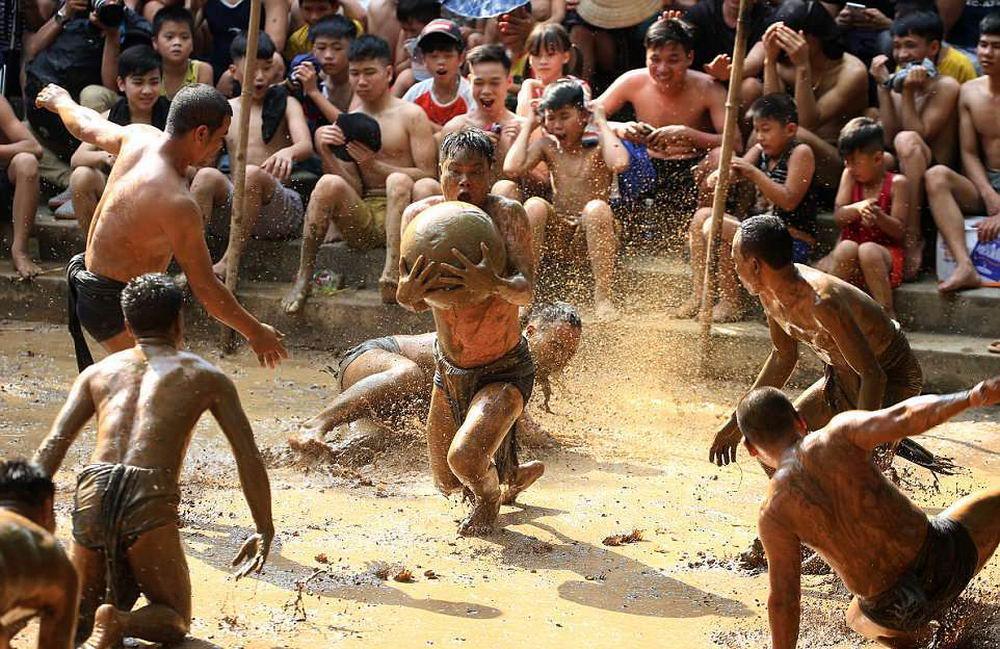 Забава вьетнамского фестиваля: снимки футбола в грязи