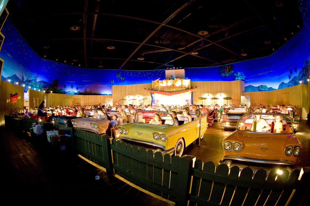 1. Кинотеатр Sci-Fi Dine-In Theater. Находится среди голливудских студий Диснея, Орлеан, штат Флорида. Это не только кинотеатр, но и ресторан