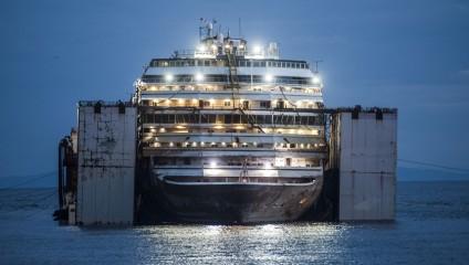 Миллиарды на дно: фоторепортаж с затонувшего судна