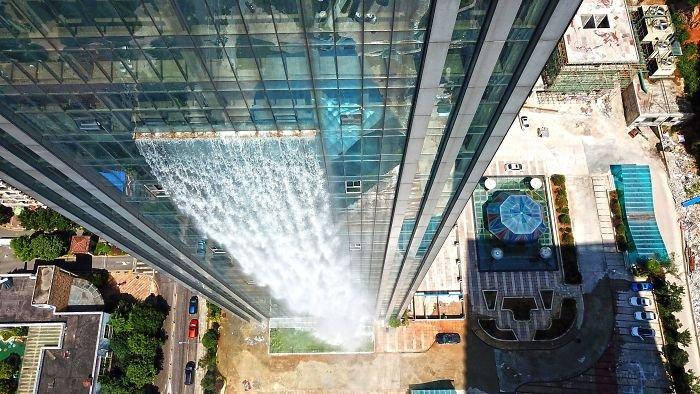 В Китае построен небоскреб с водопадом