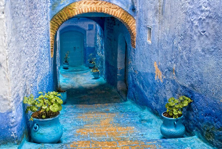 Город небесного цвета: невероятные снимки с голубых улиц
