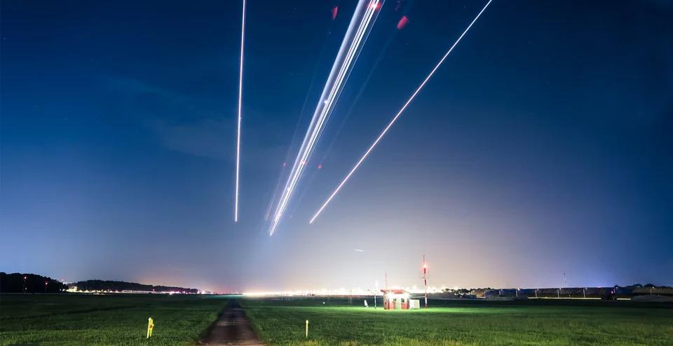 Красота аэропорта Сингапура в таймлапс-видео: светящиеся шары и падающие «звезды»