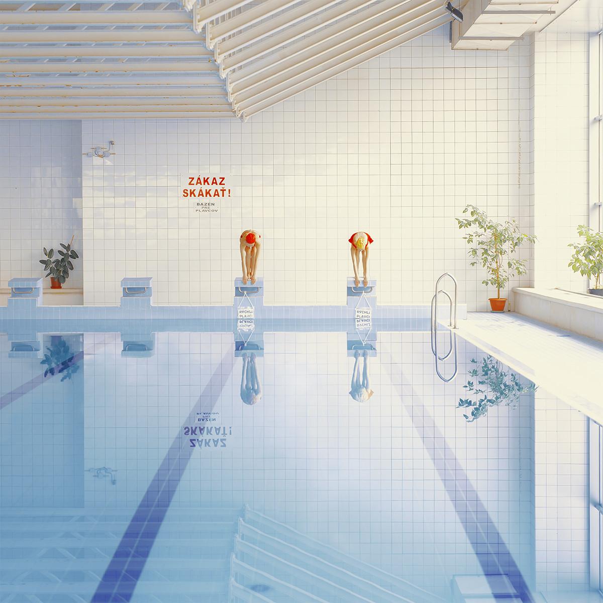 Минимализм и меланхолия в серии Марии Шварбовой «Плавательный бассейн»