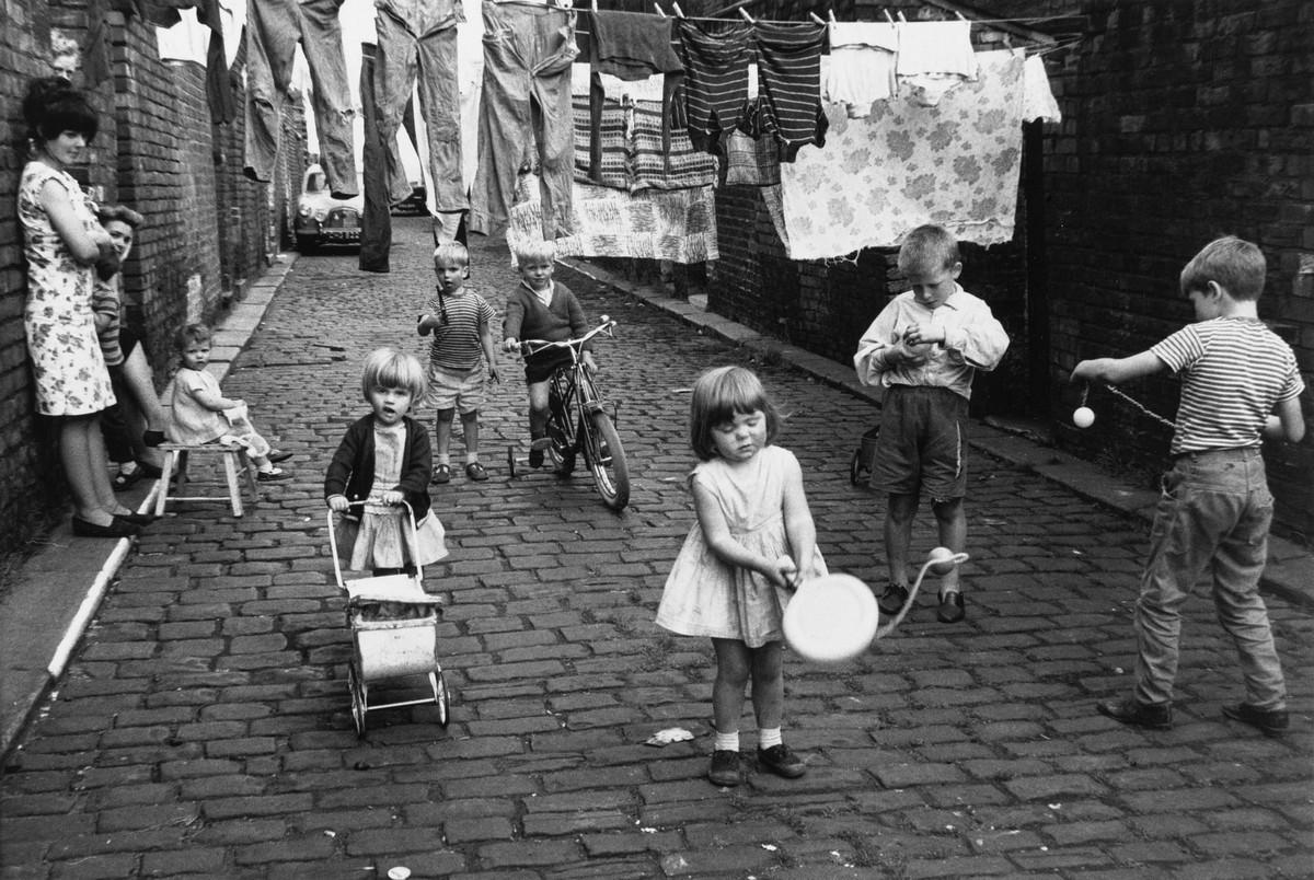Сочувствие и нежность в снимках Ширли Бейкер: трущобы Манчестера в 1960-х годах