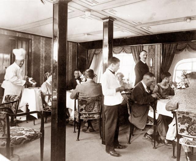 """Wie die Passagiere des """"Graf Zeppelin"""" auf der Weltreise wohnen!Der Speisesaal des """"Graf Zeppelin"""" in der Mittagszeit."""