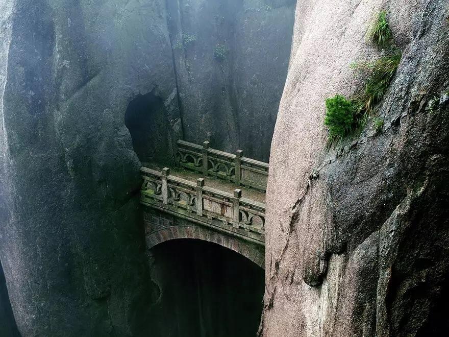 Мост в горах Хуаньшань в провинции Аньхой, Китае