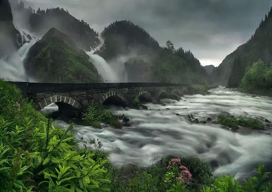 Мост на водопаде Лотефоссен, Норвегия