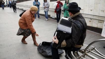 Эксперимент с уличным музыкантом в США и России: неожиданные результаты