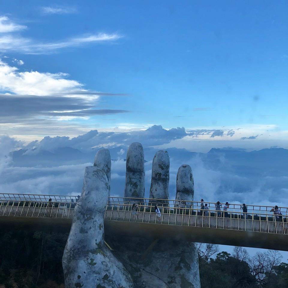 В надежных руках: оригинальный вьетнамский мост с потрясающим видом