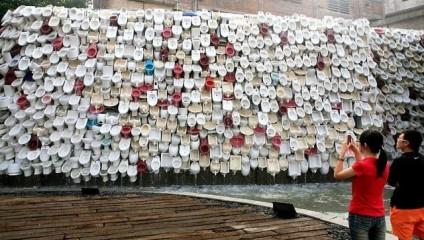 Самый удивительный фонтан Китая: стена из унитазов
