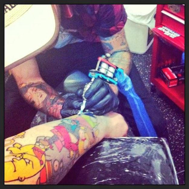 Мужчина сделал десятки татуировок с персонажами из «Симпсонов»