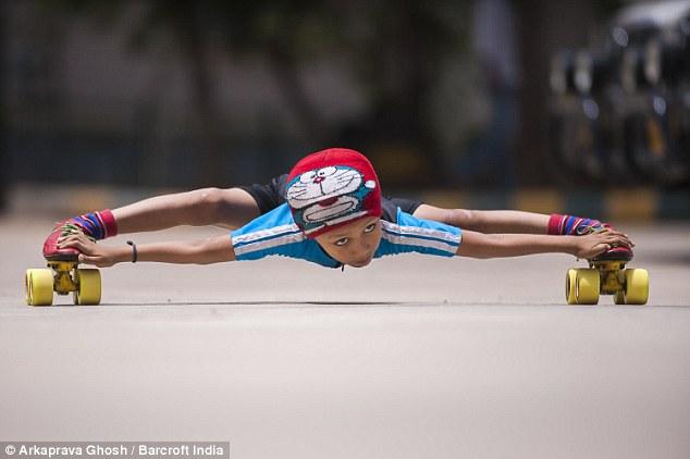 Мировой рекорд от 6-летнего мальчика – проехал под 39 машинами на роликах