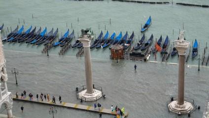 Венецию накрыла непогода: затопленный город в фото